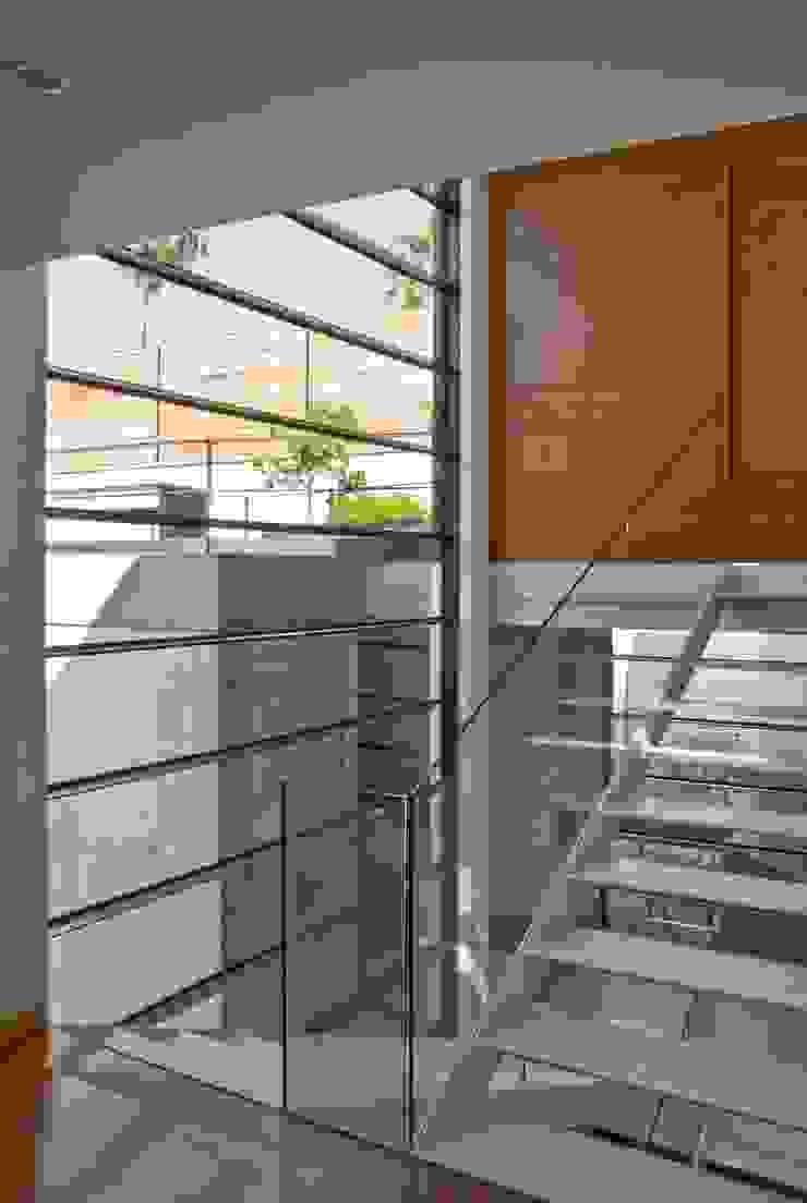 CASA RP Pasillos, vestíbulos y escaleras modernos de Alvaro Moragrega / arquitecto Moderno