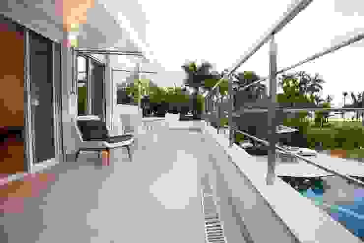 Casa – Praia de Tabatinga Varandas, alpendres e terraços modernos por Hurban Liv Arquitetura & Interiores Moderno