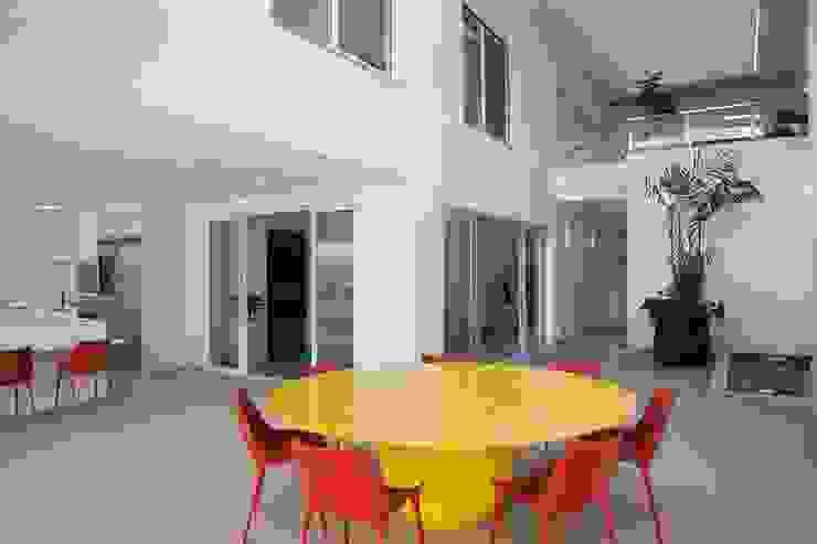 Casa – Praia de Tabatinga Salas de jantar modernas por Hurban Liv Arquitetura & Interiores Moderno
