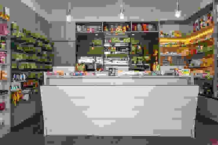 Mais espaço e praticidade para a farmácia de manipulação por msaviarquitetura Moderno