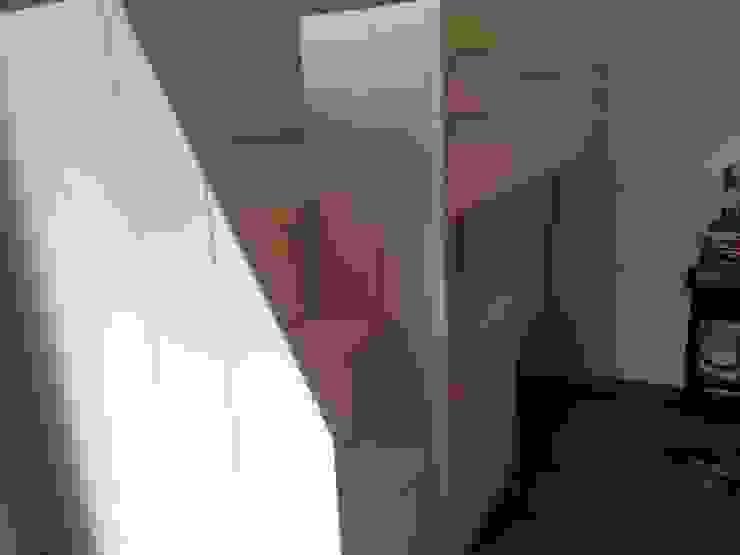 hoogslaper met commode en opbergruimte onder de trap van klauterkamer Minimalistisch