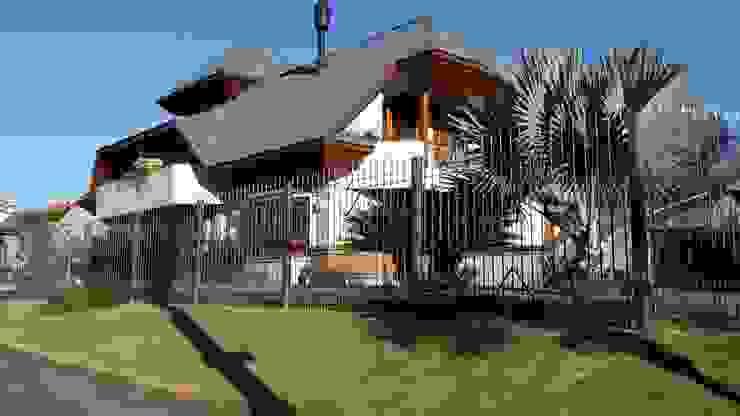 Fachada lateral oeste Casas rústicas por Kauer Arquitetura e Design Rústico