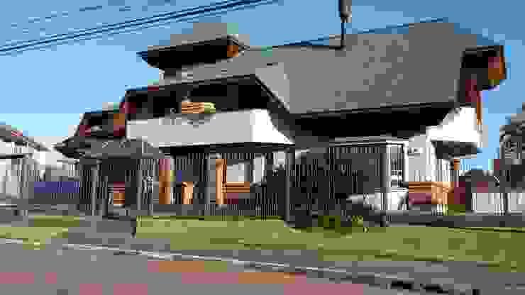 Fachada frontal norte Casas rústicas por Kauer Arquitetura e Design Rústico