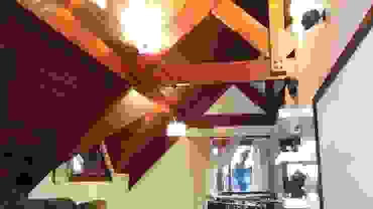 Mezanino com mansardas e sacada Salas de estar rústicas por Kauer Arquitetura e Design Rústico