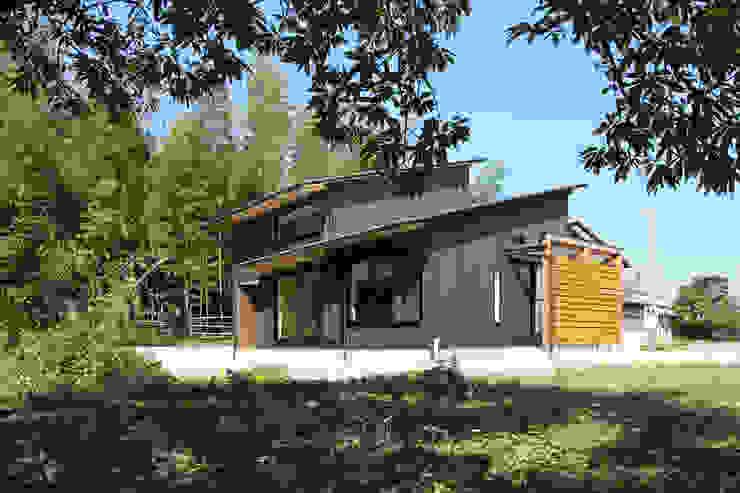 焼きっぱなしの杉板を張った外観 オリジナルな 家 の 芦田成人建築設計事務所 オリジナル