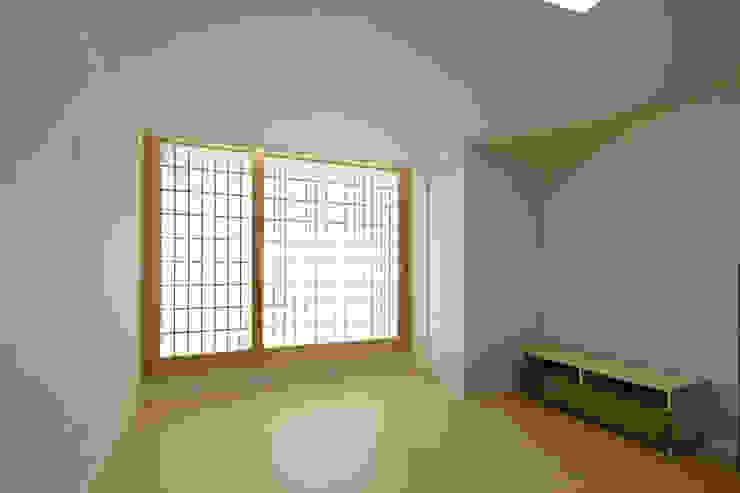 Phòng ngủ phong cách hiện đại bởi 스마트건축사사무소 Hiện đại