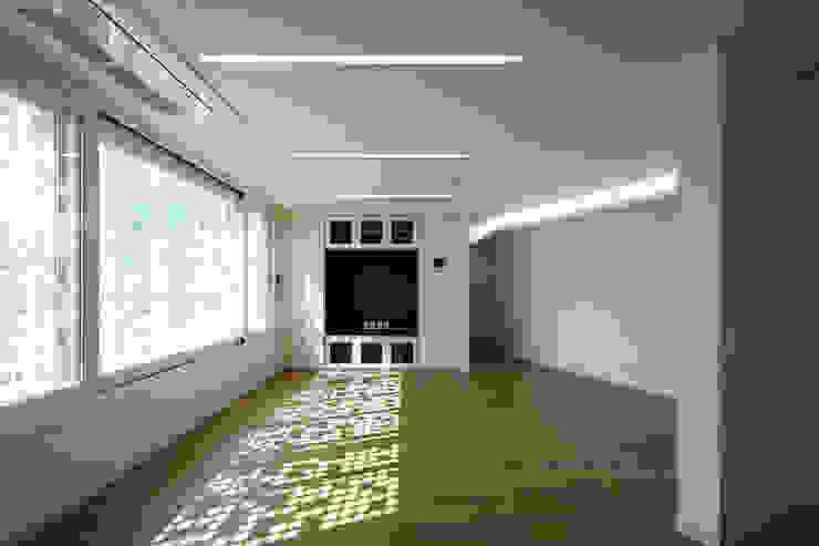 Salas modernas de 스마트건축사사무소 Moderno