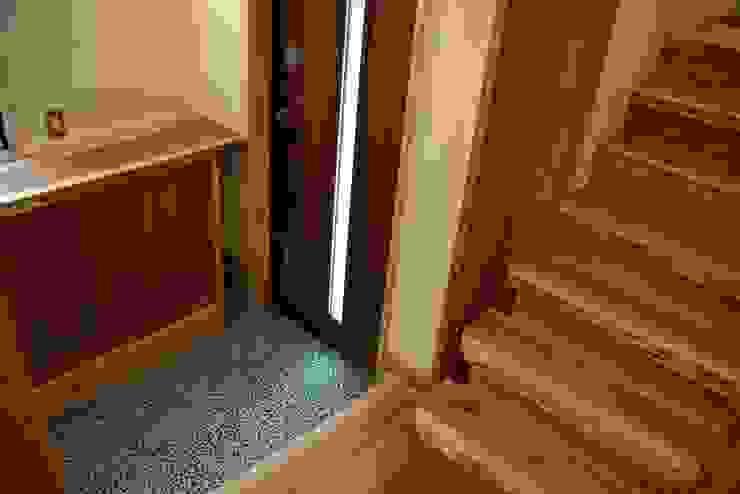 緑区の家 カントリースタイルの 玄関&廊下&階段 の 波多周建築設計 カントリー