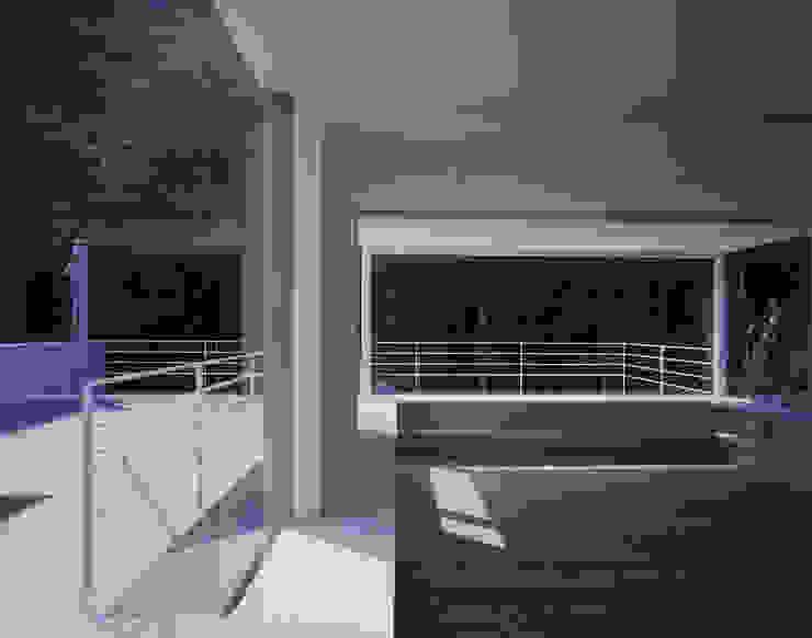 House in Otsu モダンデザインの 多目的室 の Junya Toda Architect & Associates モダン