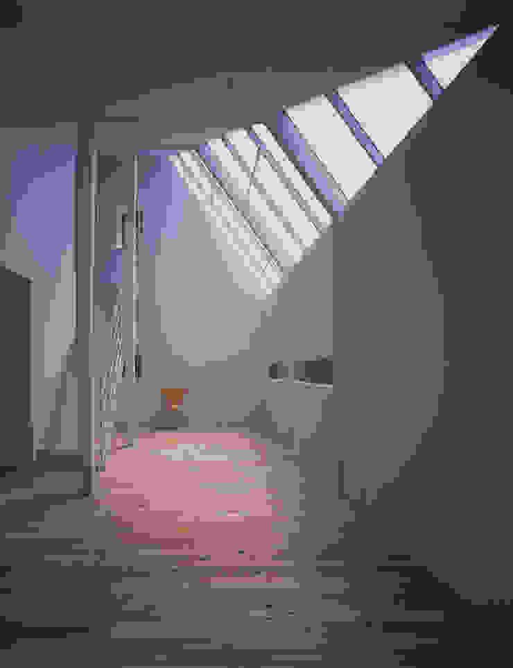 House in Otsu モダンデザインの リビング の Junya Toda Architect & Associates モダン