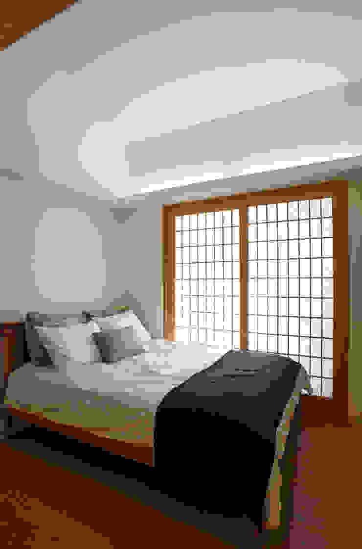 따뜻한 벽돌집 모던스타일 침실 by 스마트건축사사무소 모던
