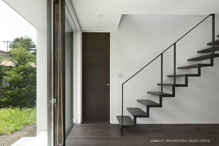 atelier137 ARCHITECTURAL DESIGN OFFICE Modern Corridor, Hallway and Staircase Iron/Steel Black