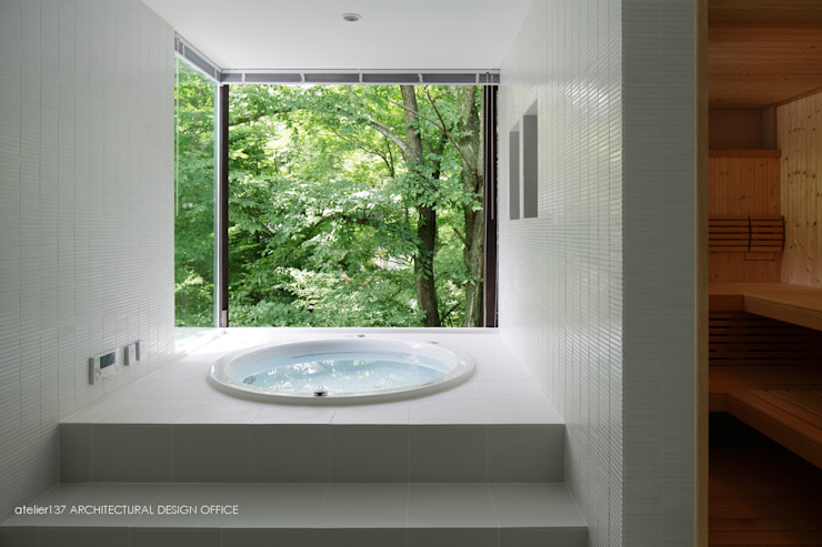 Bagno in stile  di atelier137 ARCHITECTURAL DESIGN OFFICE, Moderno Piastrelle