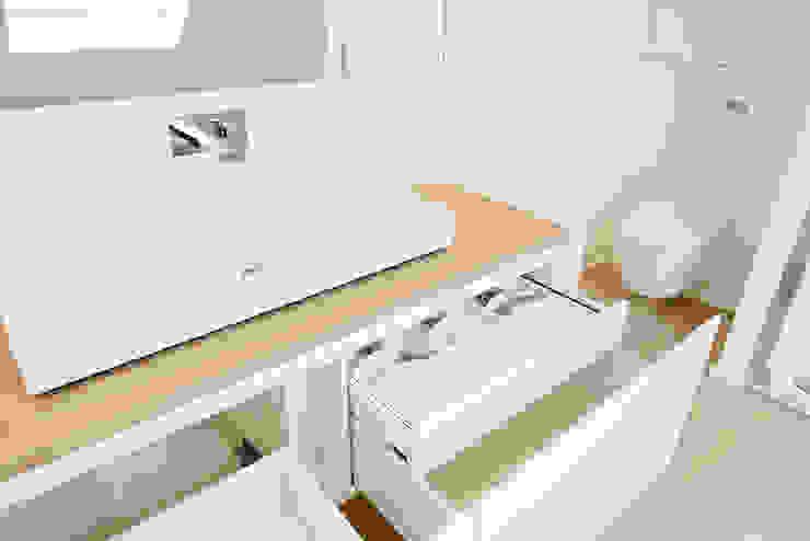 Waschtisch mit Echtholzplatte: modern  von Helm Design by Helm Einrichtung GmbH,Modern