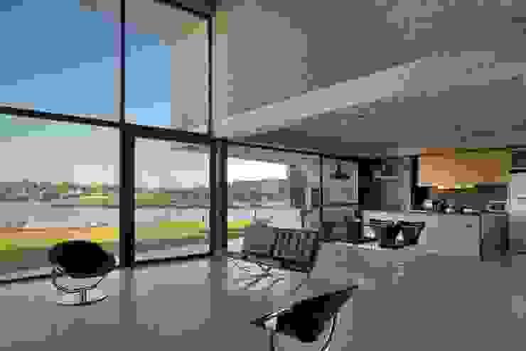Salas modernas de Ruben Valdemarin Arquitecto Moderno