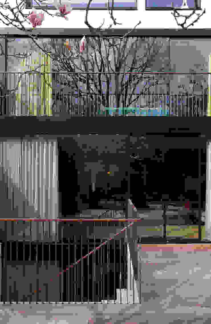 West London house Modern balcony, veranda & terrace by Viewport Studio Modern