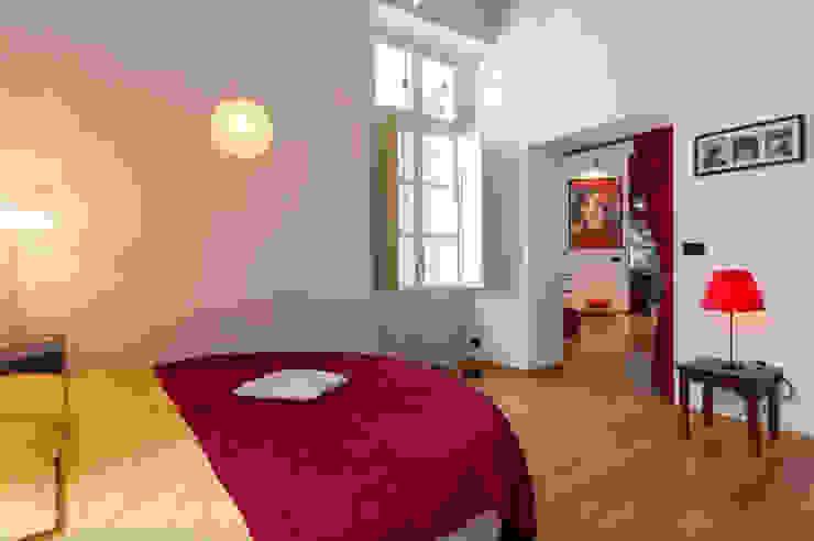 Camera da letto in stile industriale di Simona Garufi Industrial