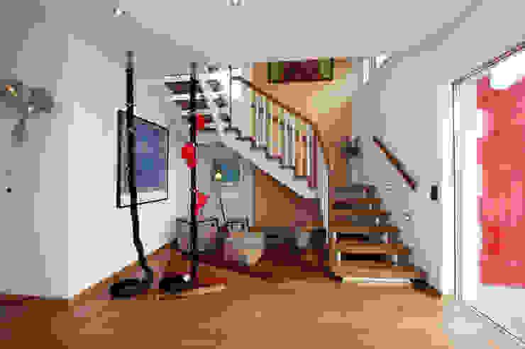 Couloir, entrée, escaliers modernes par ELK Fertighaus GmbH Moderne