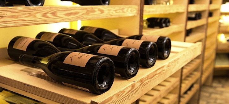 Classic style wine cellar by DESIGNWERK Christl Classic