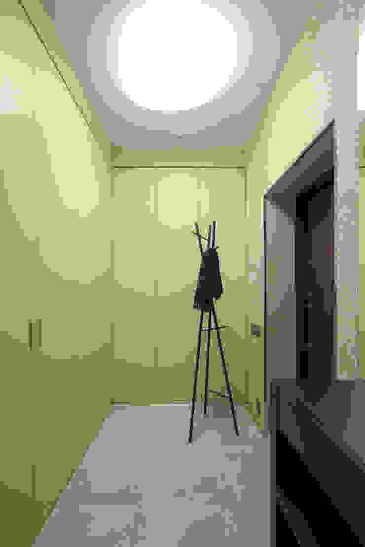 Квартира в ЖК Дубровская Слобода Коридор, прихожая и лестница в стиле минимализм от ДизайновТочкаРу Минимализм