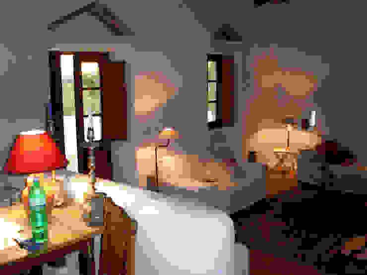 Ehemaliger Stall Mediterrane Wohnzimmer von v. Bismarck Architekt Mediterran