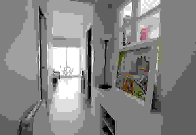 La casa de Maga Silvia R. Mallafré Pasillos, vestíbulos y escaleras de estilo escandinavo