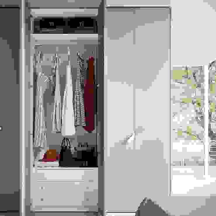 'One' hinged door wardrobe by Siluetto: modern  by My Italian Living, Modern