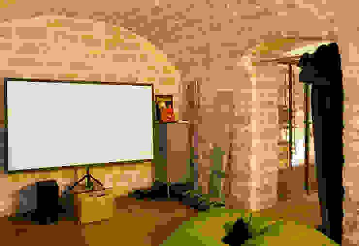 Transformation d'un atelier de menuiserie en maison familiale Salle multimédia moderne par ATELIER FB Moderne