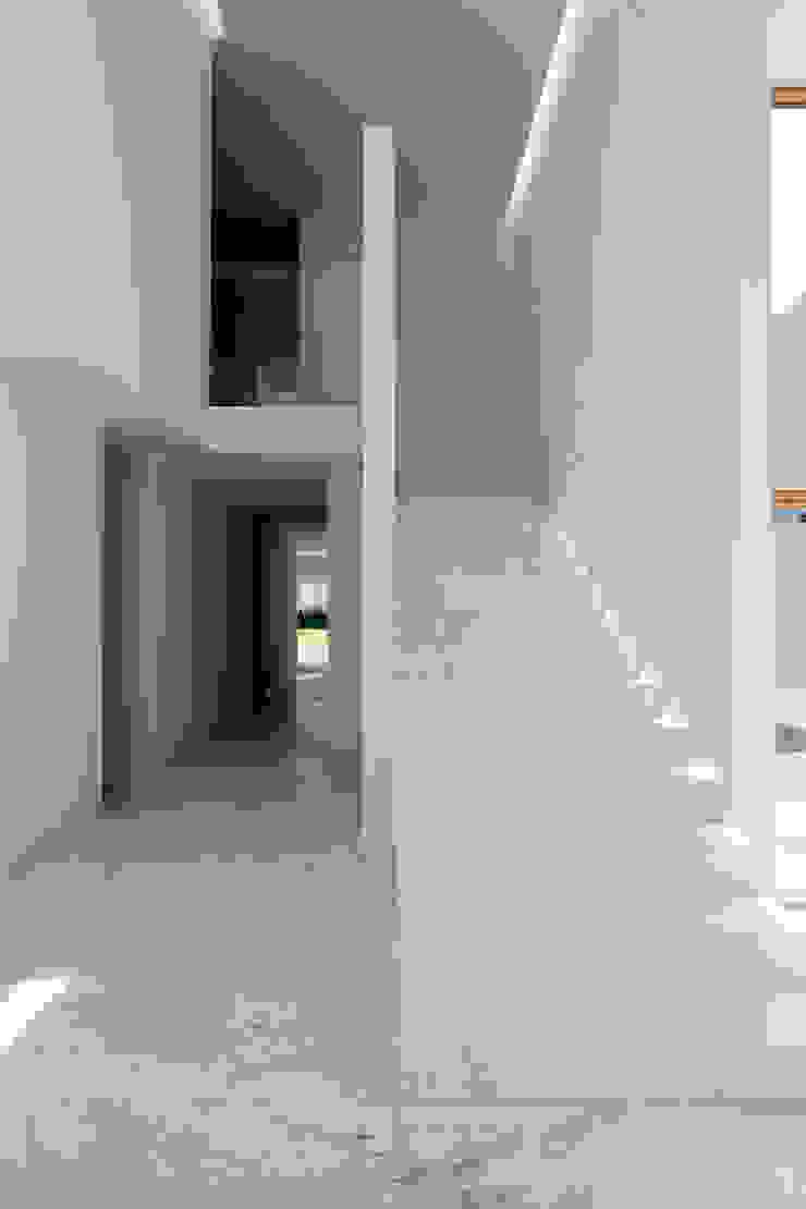 CASA AR Pasillos, vestíbulos y escaleras minimalistas de Lucio Muniain et al Minimalista