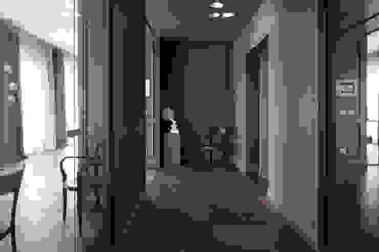 Pasillos, vestíbulos y escaleras de estilo clásico de Studio Andrea Castrignano Clásico