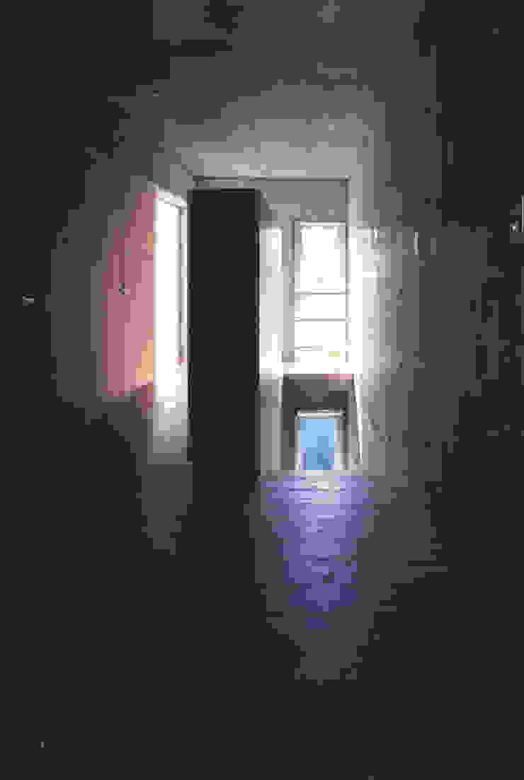 玄関 モダンスタイルの 玄関&廊下&階段 の 一級建築士事務所 バサロ計画 モダン