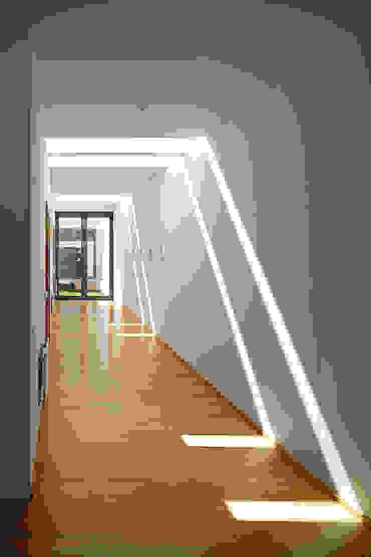 Casa Almalaguês Corredores, halls e escadas modernos por António Carvalho - Arquitectura e Urbanismo, Lda. Moderno