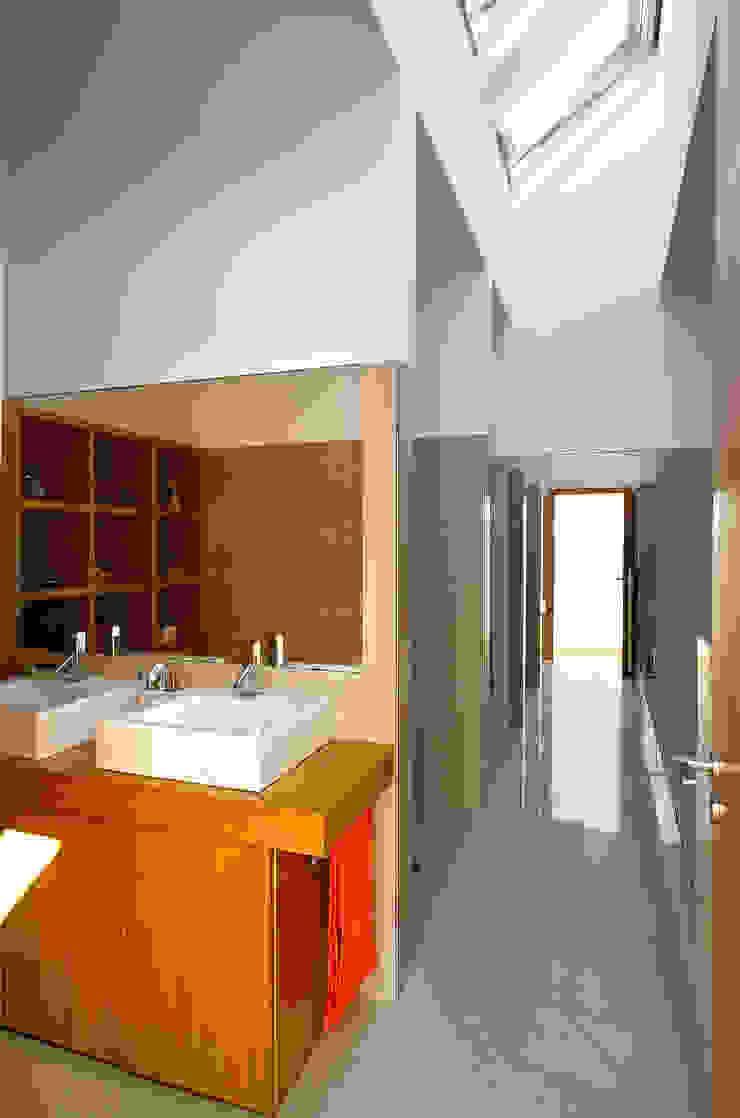 Casa Almalaguês Casas de banho modernas por António Carvalho - Arquitectura e Urbanismo, Lda. Moderno