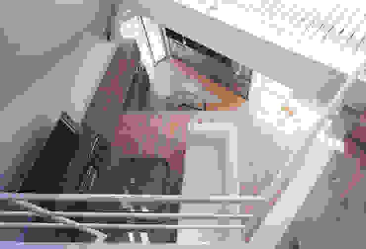 リビング上部 モダンデザインの リビング の 一級建築士事務所 バサロ計画 モダン