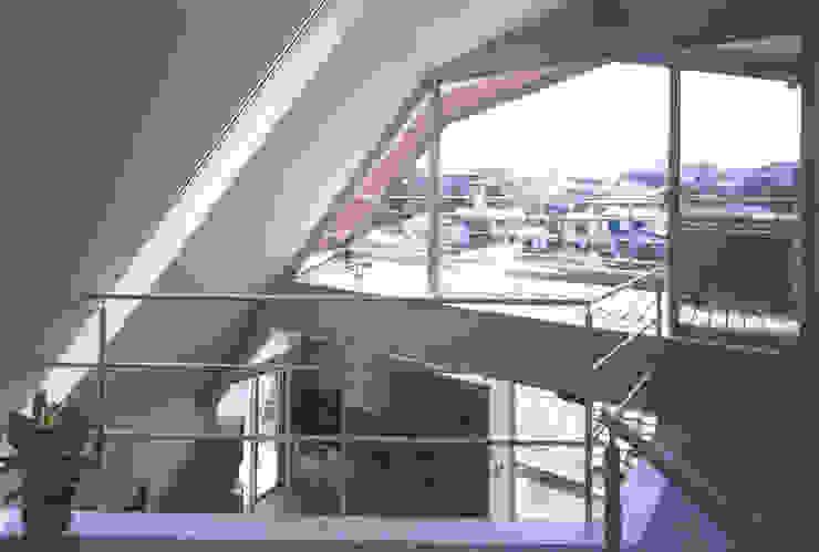 書斎よりバルコニーを見る モダンデザインの 多目的室 の 一級建築士事務所 バサロ計画 モダン