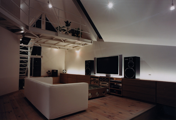 リビング 夜 モダンデザインの リビング の 一級建築士事務所 バサロ計画 モダン