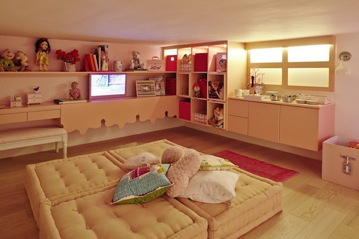 Casa de bonecas dentro do quarto da menina. Quarto infantil moderno por Lovisaro Arquitetura e Design Moderno