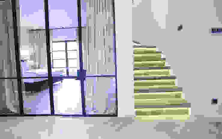 Couloir, entrée, escaliers modernes par Chałupko Design Moderne