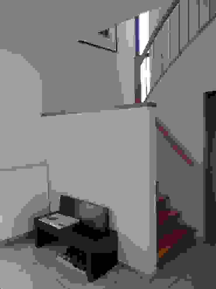 Familienhaus Minimalistischer Flur, Diele & Treppenhaus von waldorfplan architekten Minimalistisch
