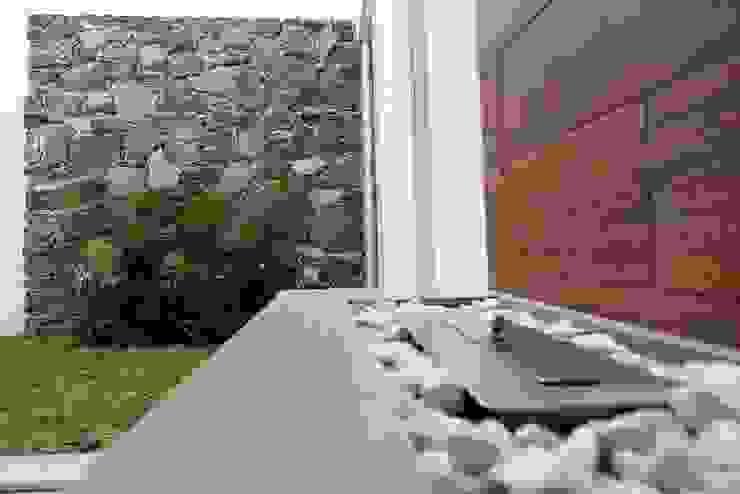 Chimenea y Jardín de JF ARQUITECTOS Minimalista
