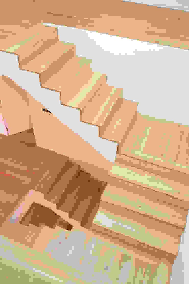 Caixa de escadas Corredores, halls e escadas modernos por Atelier do Corvo Moderno