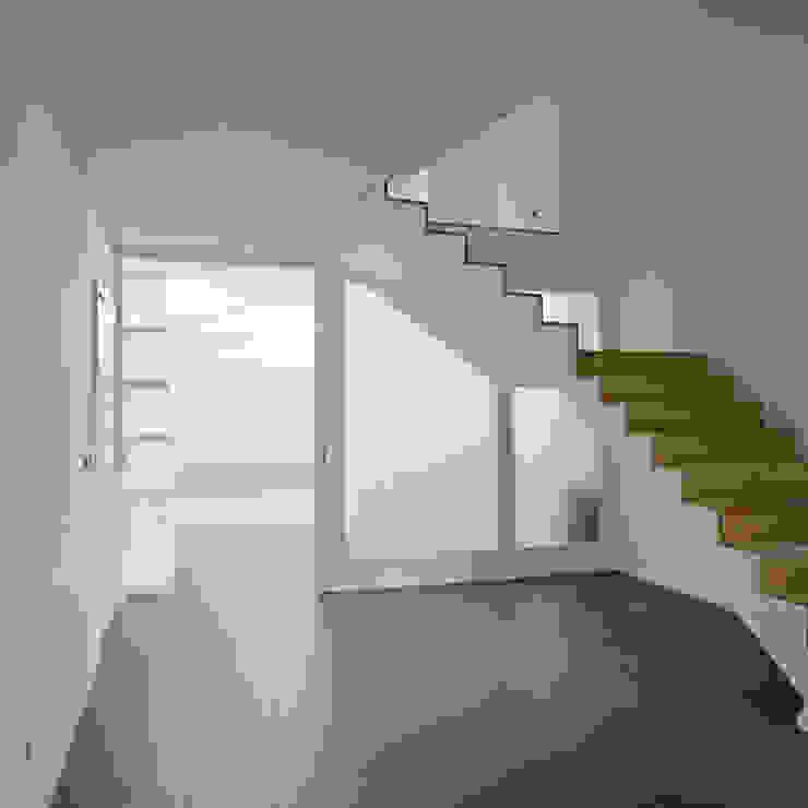 Área de entrada Corredores, halls e escadas modernos por Atelier do Corvo Moderno