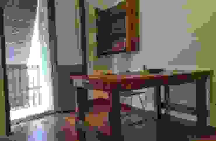 mesa i estanteria piso pequeño en barcelona con palets de RECICLA'RT Rústico