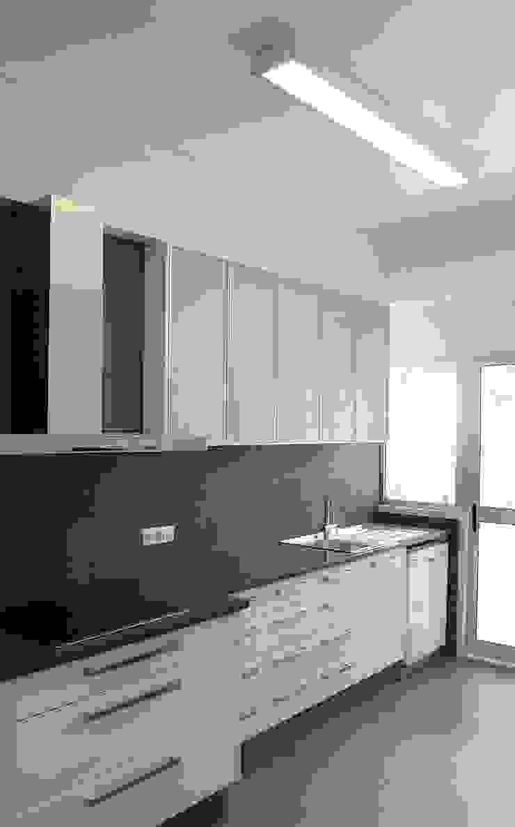 Remodelação de apartamento em Oeiras Cozinhas modernas por AGUA-MESTRA, Lda; Moderno