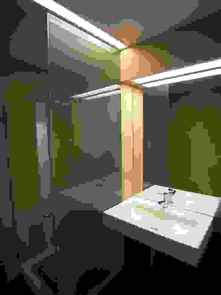 Remodelação de apartamento em Oeiras Casas de banho modernas por AGUA-MESTRA, Lda; Moderno