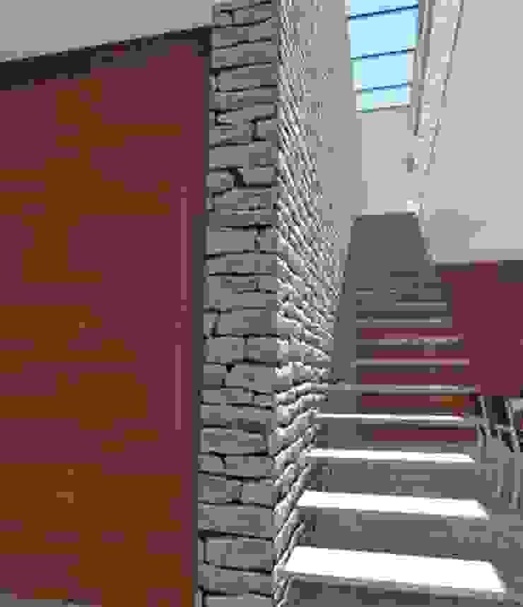 Residência V|T Corredores, halls e escadas modernos por Coutinho+Vilela Moderno Pedra