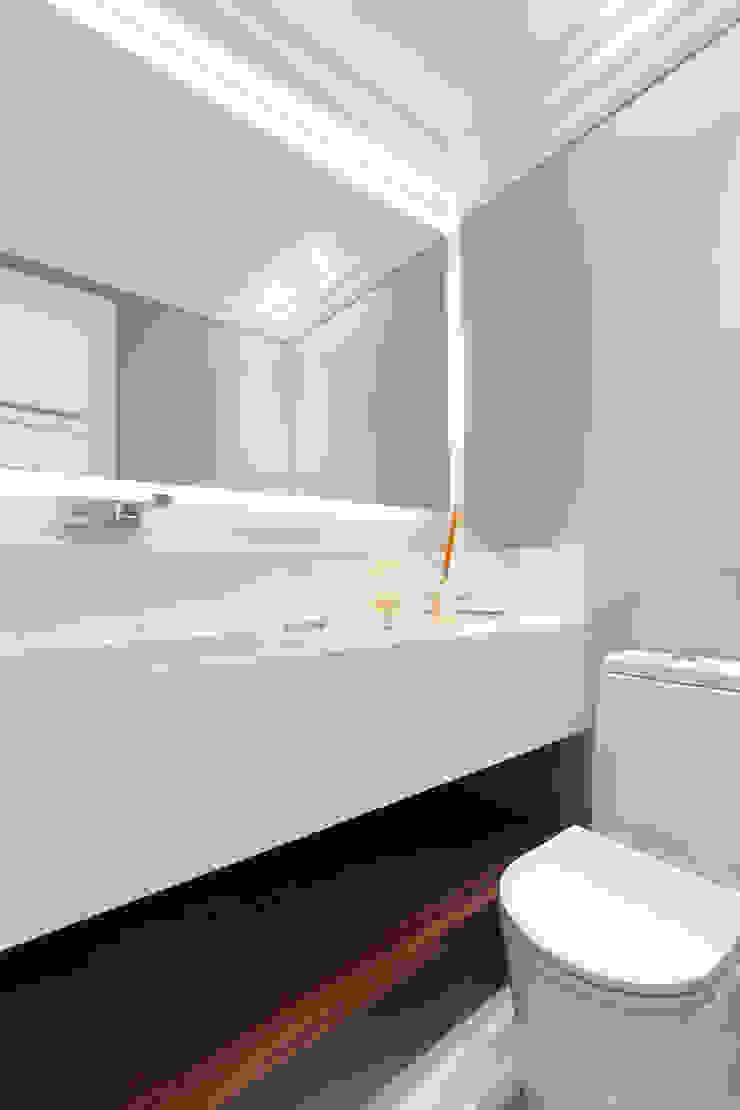 Apartamento P|B Banheiros modernos por Lodo Barana Arquitetura e Interiores Moderno