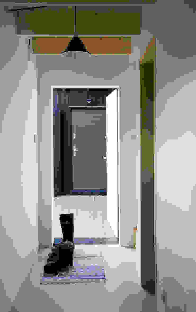Korytarz w budynku sypialnym Skandynawski korytarz, przedpokój i schody od Magdalena Zawada Skandynawski