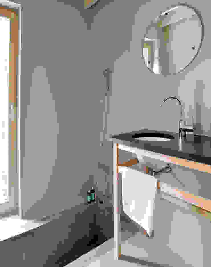 Łazienka w budynku sypialnym Skandynawska łazienka od Magdalena Zawada Skandynawski
