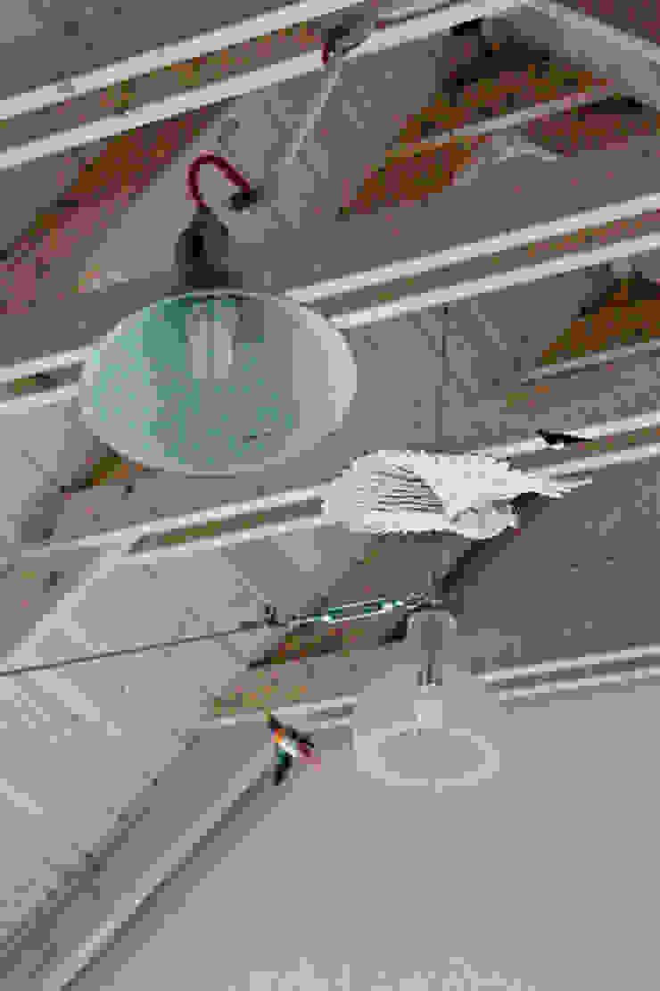 Wyeksponowana więźba dachowa w części dziennej Skandynawski salon od Magdalena Zawada Skandynawski